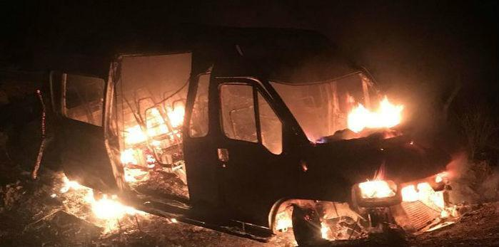 Van  pega fogo na BR-230 (Crédito: Portalenoticias)