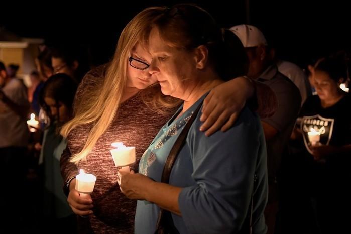 Moradores de Sutherland Springs, no Texas, fazem vigília após morte de 26 em ataque a tiros durante culto em igreja neste domingo (5) (Crédito: REUTERS/Mohammad Khursheed))