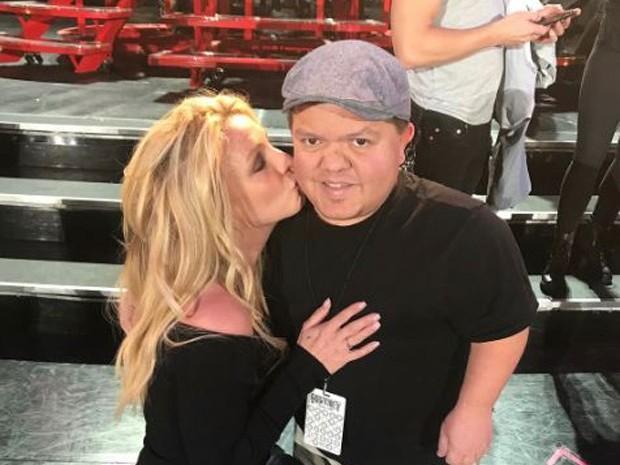 """Britney se declara para anão da sua equipe: """"Sempre me faz feliz"""""""