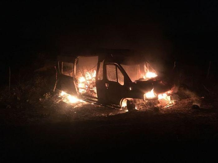 Van com 20 pessoas pega fogo na BR-230 (Crédito: Portalenoticias)