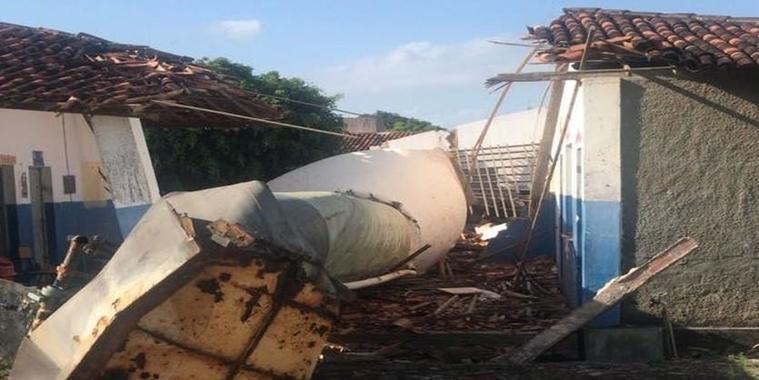 Caixa d'água desaba no telhado de escola e mata duas crianças