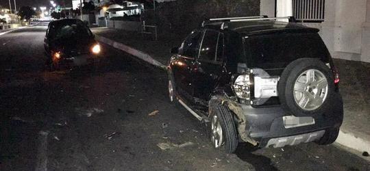 Carro conduzido por jovem bêbado tomba após colisão em Parnaíba