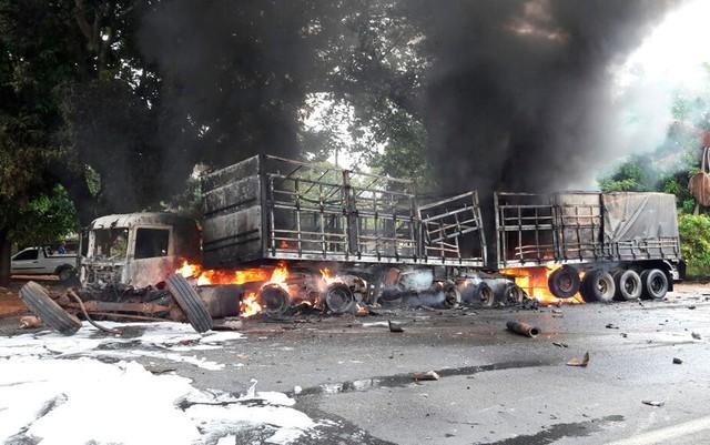Carreta pegou fogo após acidente na Bahia (Crédito: Ivonaldo Paiva/Blogbraga)