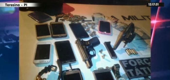 Celulares e armas apreendidos com bando em Teersina (Crédito: Rede Meio Norte)