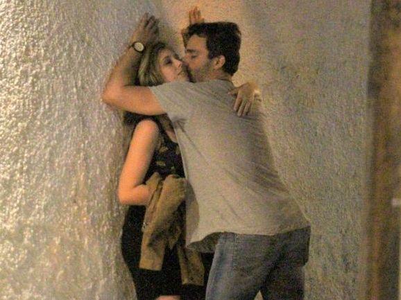 Thiago Rodrigues é flagrado em beijos quentes com loira no Leblon