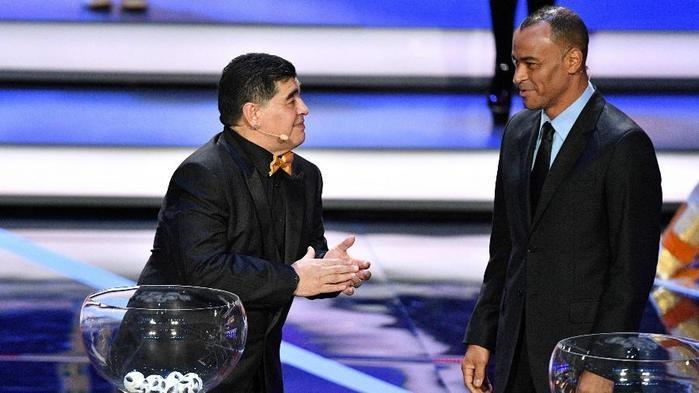 Maradona e Cafu durante o sorteio da Copa do Mundo  (Crédito: AFP)