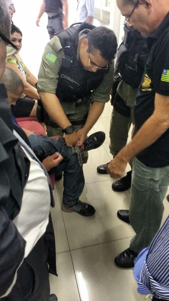 Algema trava e fica presa em perna de réu durante julgamento