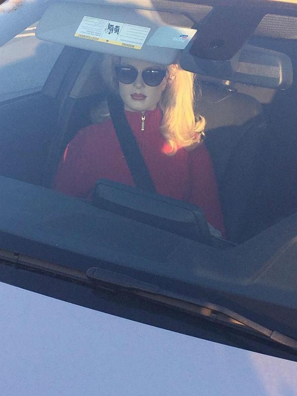 Motorista usa manequim para enganar polícia e acaba no tribunal no Texas (Crédito: Reprodução)