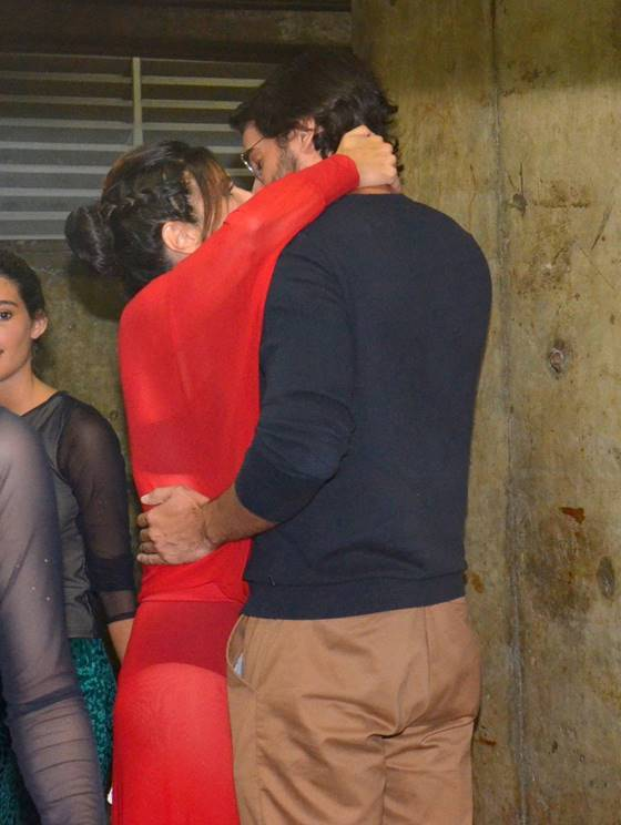 Fátima Bernades é flagrada aos beijos com namorado em apresentação (Crédito: AgNews)