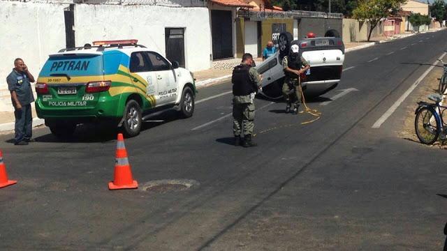 Carro capota após batida em cruzamento movimentado de Parnaíba