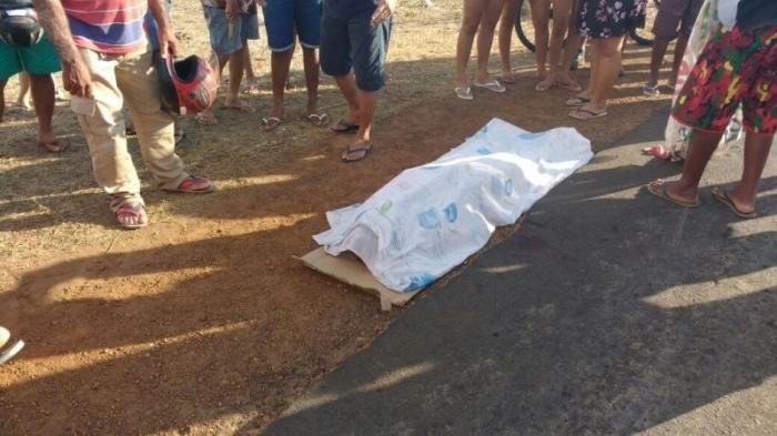 Motociclista morre ao ser atropelado por carreta na BR-343