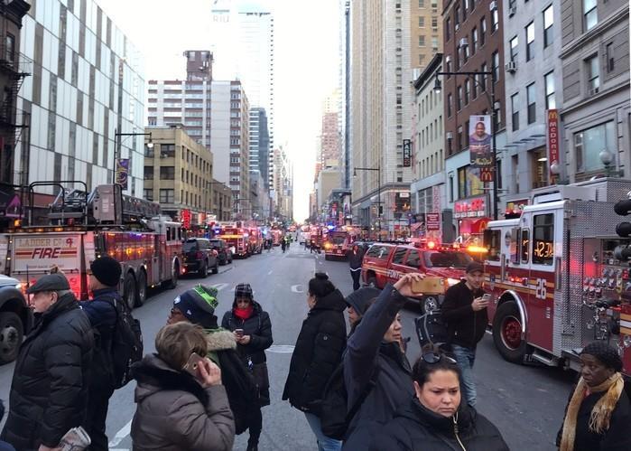 Polícia e bombeiros bloqueiam ruas próximas ao terminal de ônibus da Port Authority, em Nova York, após explosão (Crédito: Edward Tobin/Reuters)