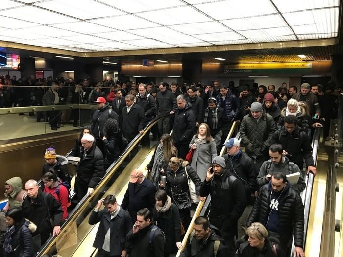 Passageiros deixam estação de metrô após relato de explosão em Nova York nesta segunda-feira (11)  (Crédito: Edward Tobin/Reuters)