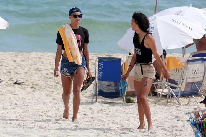 Pabllo Vittar curte dia de praia com amigo no Rio de Janeiro (Crédito: Dilson Silva/AgNews)
