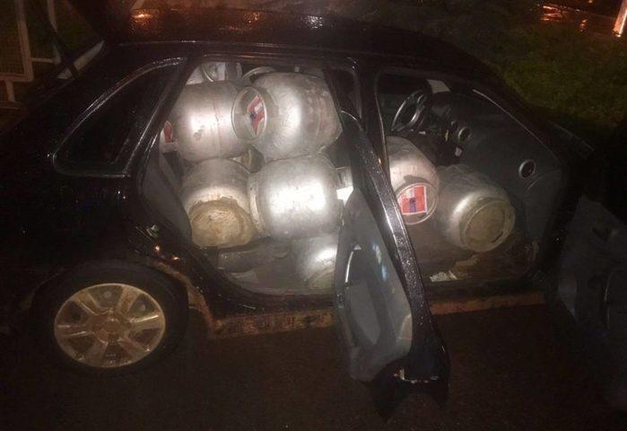 Homem é preso após furtar 14 botijões de gás e transportar dentro em carro de passeio