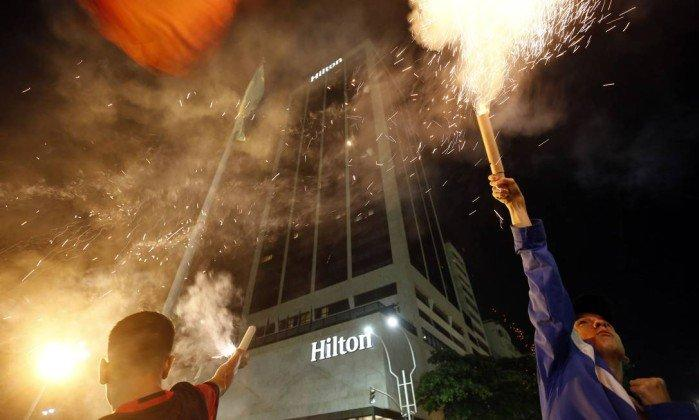 Torcedores disparam os artefatos em frente ao hotel, em Copacabana (Crédito: Marcos de Paula / Agência O Globo )