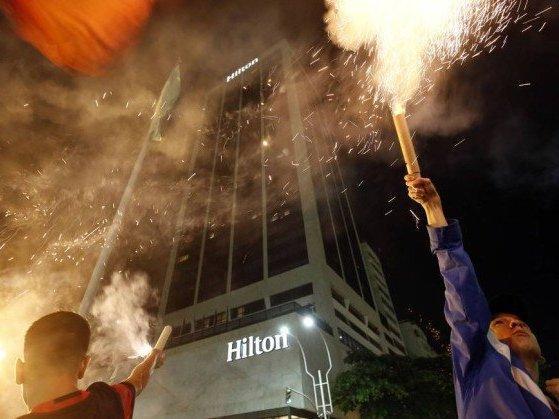 Torcedores do Fla fazem tumulto em Copacabana durante a madrugada
