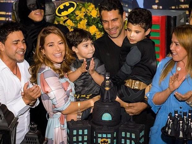 Zezé Di Camargo e Zilu posa juntos na festa do filho de Wanessa