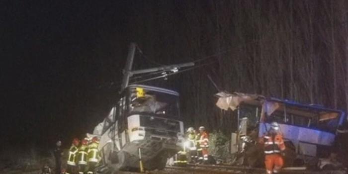 Colisão entre trem e ônibus escolar deixa 4 mortos na França