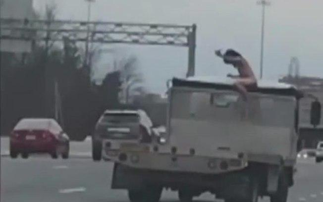 Homem ficou pelado em cima de um carro após acidente (Crédito: Reprodução/Mirror)