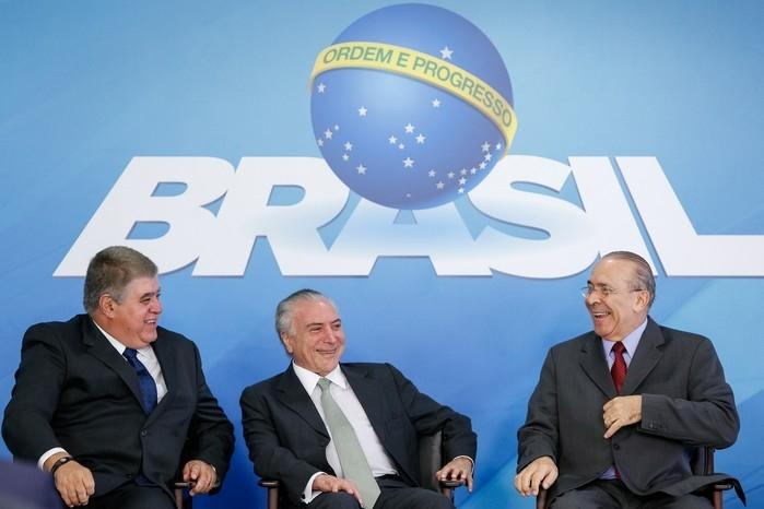 Carlos Marun (à esquerda) e Eliseu Padilha (à direita) conversam com o presidente Michel Temer durante  posse