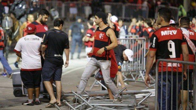 Torcedores do Flamengo vandalizaram no Maracanã e arredores do estádio (Crédito: Reprodução)