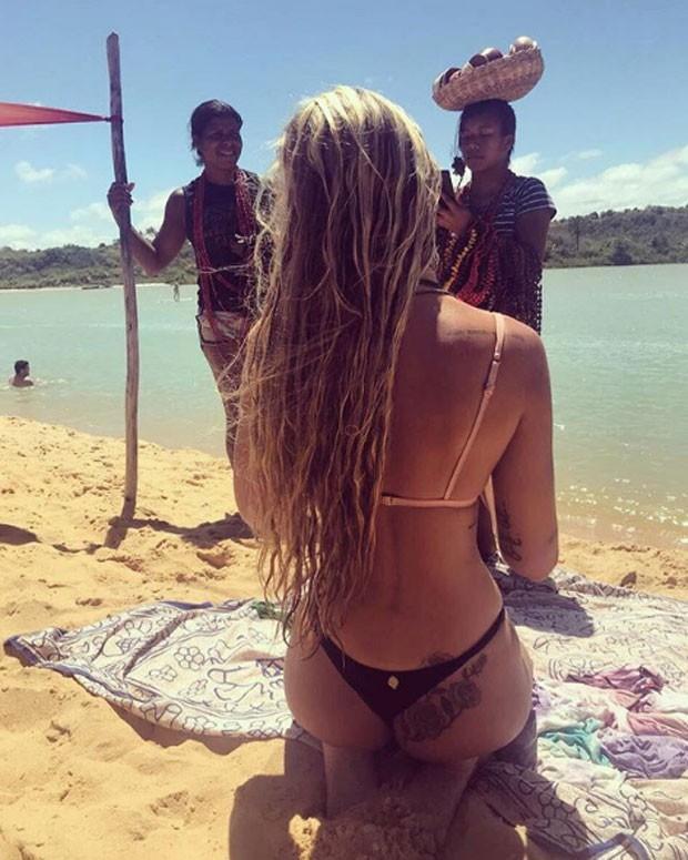 Filha de Luiza Brunet usa biquinho em dia de sol em Caraíva (Crédito: Reprodução)