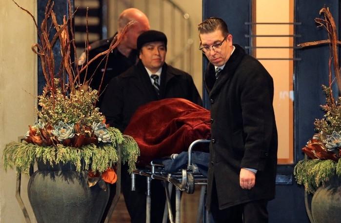 Corpo é retirado de mansão em Toronto, no Canadá, onde o bilionário Barry Sherman e sua mulher, Honey, foram encontrados mortos  (Crédito:  Chris Helgren/Reuters))