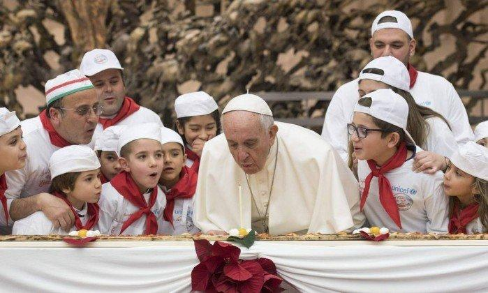 Papa Francisco sopra velinhas de seu aniversário (Crédito: AFP)