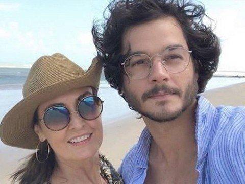 Fátima Bernardes curte folga com o namorado no Nordeste