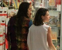 Bruna Liznmeyer curte passeio no shopping ao lado da namorada