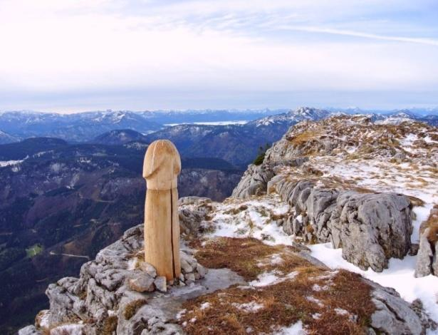 Pênis gigante de madeira é encontrado em topo de montanha