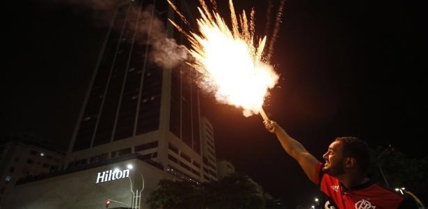 Torcedor do Flamengo solta rojão em frente ao hotel do Independiente (Crédito: Marcos de Paulo/Agência O Globo)