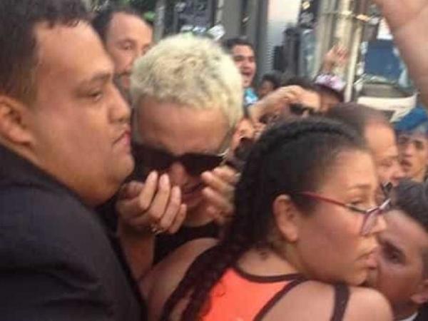 Pabllo Vittar tem crise de choro ao ficar presa em multidão de fãs