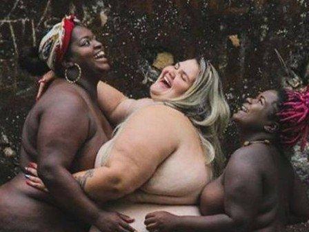 Bailarina plus size de Anitta posa nua ao lado de duas modelos