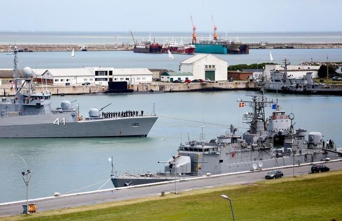 Barco argentino Comandante Espora, na base naval de Mar del Plata, na Argentina, é utilizado na busca por submarino desaparecido, em imagem de 18 de novembro (Crédito: AP)