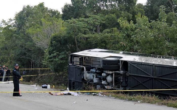 Ônibus de turista capota e mata 12 pessoas no México