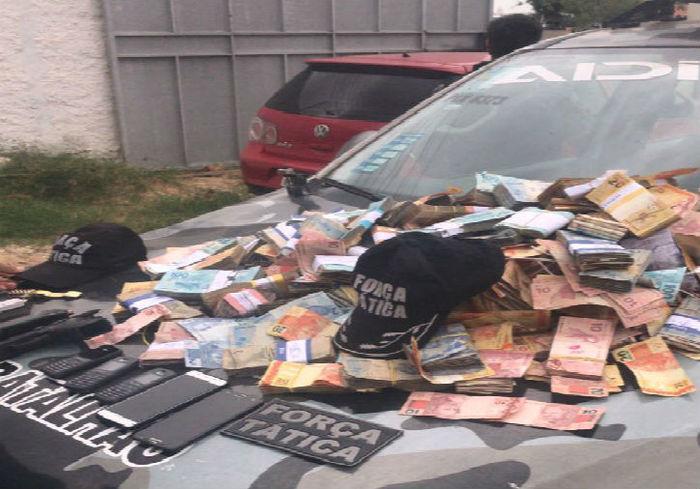 Dinheiro recuperado pela polícia após assalto ao Banco do Nordeste (Crédito: Divulgação)