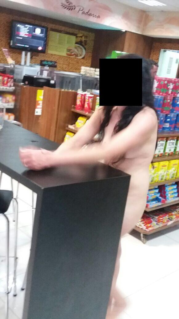 Mulher tem surto, fica pelada e faz baderna em posto de gasolina