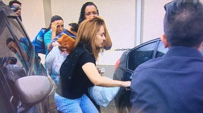 Anna Carolina Jatobá ao deixar a prisão na manhã desta sexta (22)