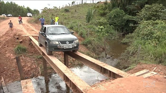 Ponte funciona com apenas duas barras de ferro (Crédito: TV Mirante)