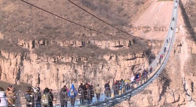 Ponte de vidro mais longa do mundo com 488 metros é inaugurada (Crédito: Reuters)