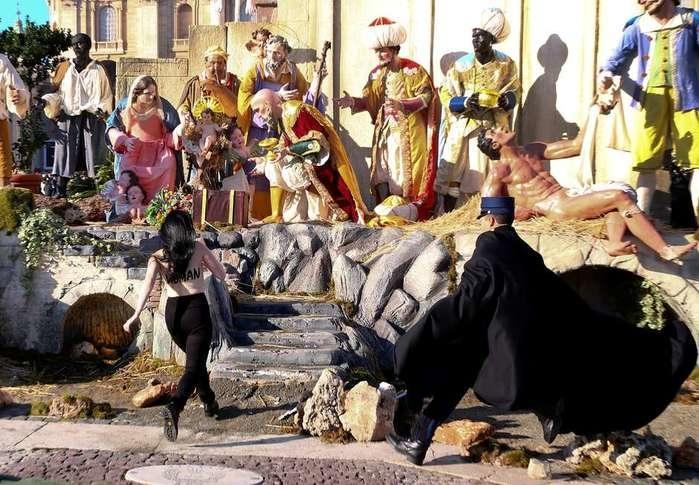 Ativista tenta arrancar menino Jesus de presépio (Crédito: REUTERS/Alessandro Bianchi)