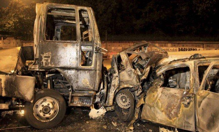 Veículo, onde estariam vítimas, completamente destruído depois de ser atingido nas partes dianteira e traseira (Crédito: Uanderson Fernandes / Agência O Globo)