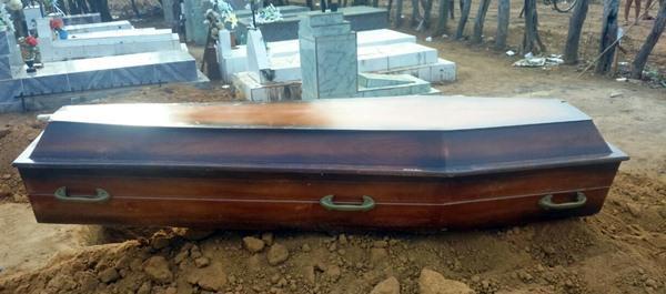 Caixão foi deixado em cemitério (Crédito: Reprodução)