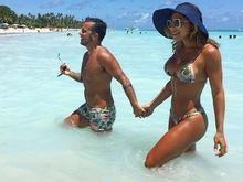 Thammy combina sunga com biquíni da namorada em praia