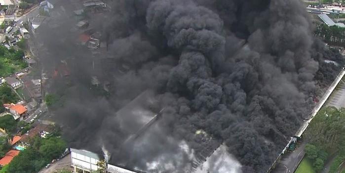 Bombeiros mobilizam 20 carros para apagar incêndio em galpão