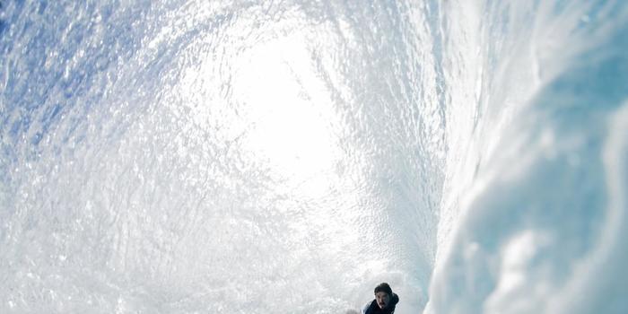 Surfista brasileiro sofre grave acidente no Havaí; veja imagens
