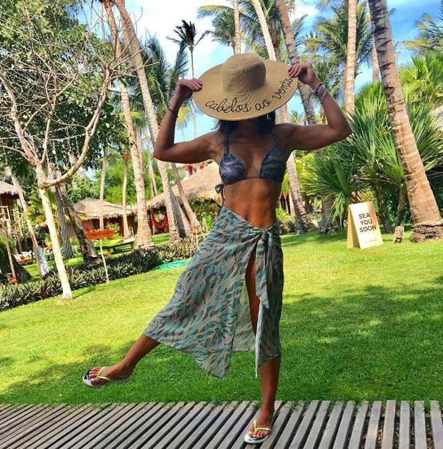 Juliana Paes posta foto e mostra barriga trincada em praia do CE
