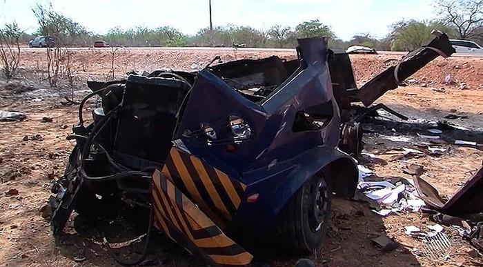 Bandidos rendem vigilantes e explodem carro-forte na Bahia